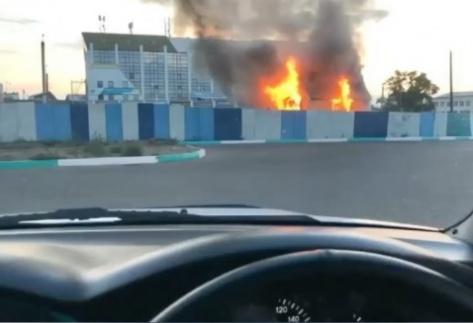 """В Улан-Удэ горело нежилое здание на """"лакомом"""" участке земли"""