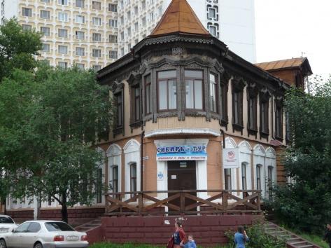 Дом-пряник, здание с рельефными рисунками.