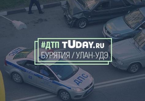 В Улан-Удэ автомобиль врезался в бетонное ограждение моста