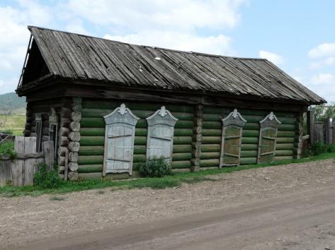 Старый дом, который погружается в почву