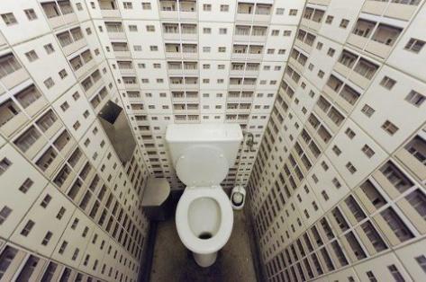 Улан-удэнка пряталась от судебных приставов в туалете