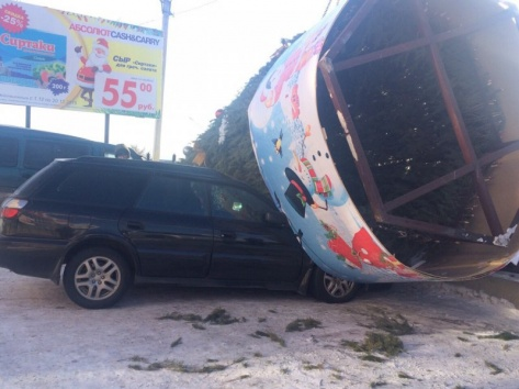 """У ТЦ """"Абсолют"""" в Улан-Удэ елка придавила автомобиль"""