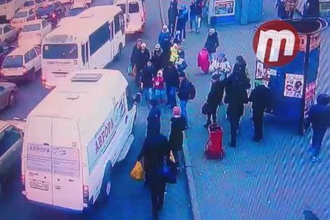"На ""Элеваторе"" в Улан-Удэ маршрутка наехала на пятилетнюю девочку (ВИДЕО)"
