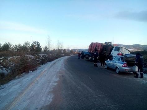 В пригороде Улан-Удэ мусоровоз и грузовик не поделили дорогу
