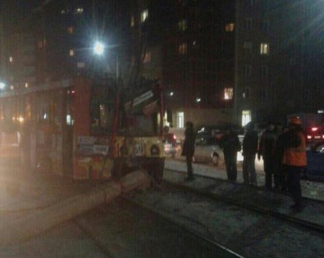 В Улан-Удэ трамвай сошел с рельс и сбил опору
