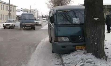 В центре Улан-Удэ маршрутный микроавтобус столкнулся с деревом