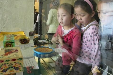 В Улан-Удэ открылась выставка детских рисунков (Фото)