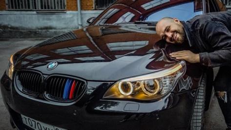 соцсети / блогер дарит авто