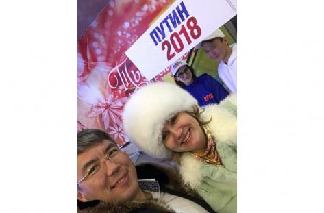 Алексей Цыденов с женой поддержали выдвижение Владимира Путина кандидатом в президенты РФ