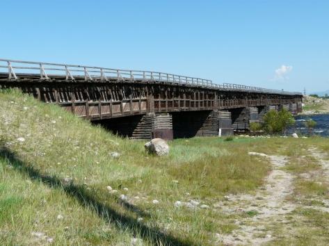 Старый деревянный мост над рекой