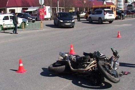 Мотоциклист столкнулся с микроавтобусом в Улан-Удэ