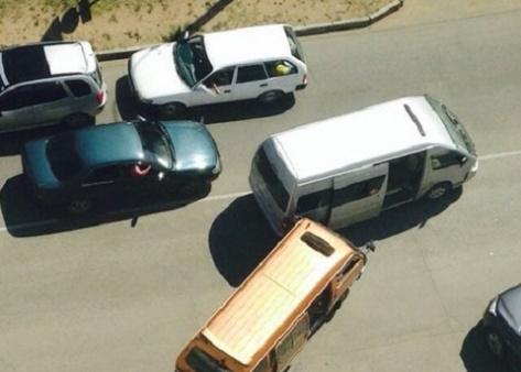 В центре Улан-Удэ из-за столкновения микроавтобусов на дороге образовался затор (Фото)
