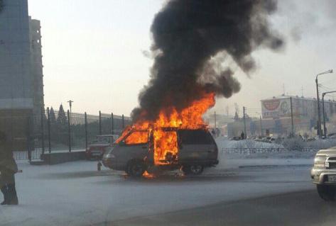 В Улан-Удэ сгорел микроавтобус у здания Нацбанка
