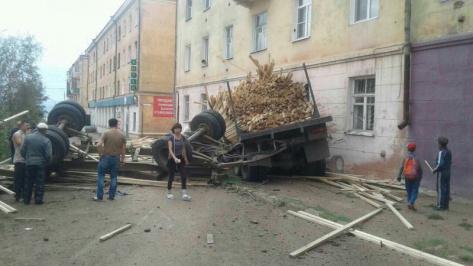 В Улан-Удэ груженный КамАЗ врезался в жилой дом