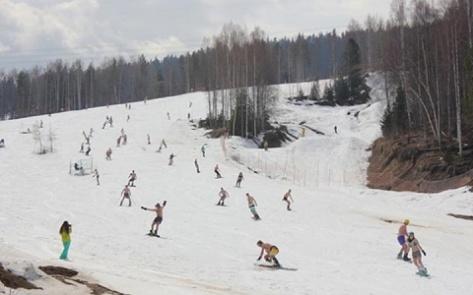 На Байкале прошел массовый спуск с горы в купальниках (Фото)