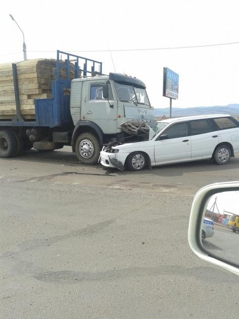 В Улан-Удэ легковой автомобиль столкнулся в лоб с КАМАЗом (ФОТО)