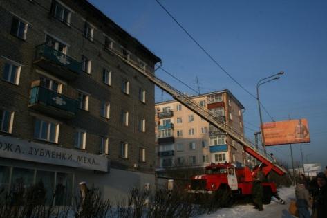 В Улан-Удэ пожарные эвакуировали пять человек из горящего дома