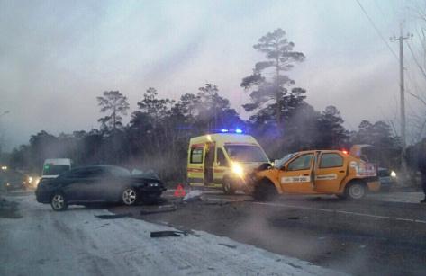 В Улан-Удэ в лобовом ДТП с такси пострадали двое