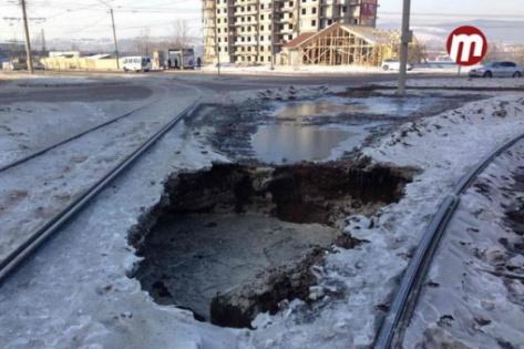 """В Улан-Удэ вторые сутки устраняют последствия аварии на """"кольце"""" в 20 """"А"""" квартале"""