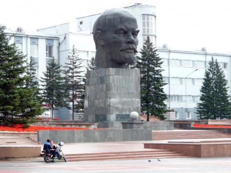 огромная голова Ленина: может у него были бурятские корни?