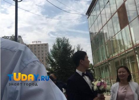 """В Улан-Удэ жених с трудом """"вызволил"""" невесту из """"Байкал-Плазы"""""""