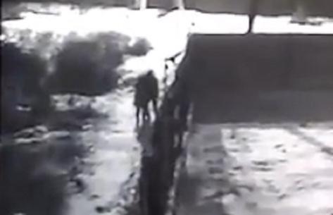 В Улан-Удэ опубликовали видео нападения насильника на девушку (ВИДЕО)