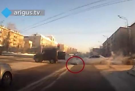 В Улан-Удэ из автомобиля на ходу выпал ребенок (ВИДЕО)