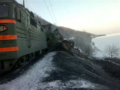 На ВСЖД сошел с рельсов грузовой поезд