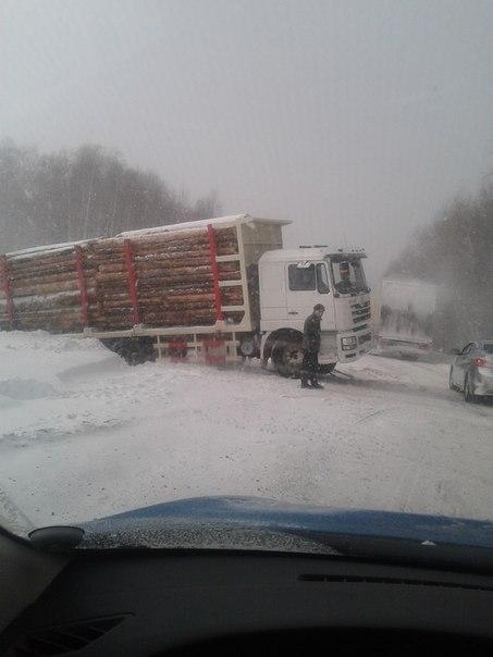 Снегопад стал причиной затрудненного движения на федеральной трассе