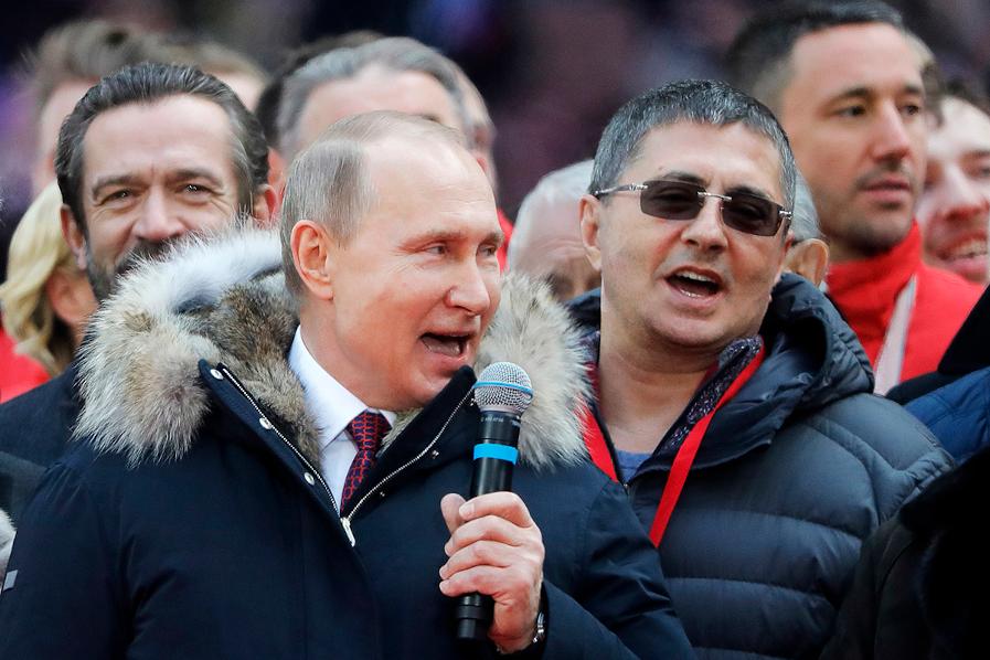 Сколько зарабатывает и чем владеет доктор Мясников: шоумен, главврач и друг Соловьева