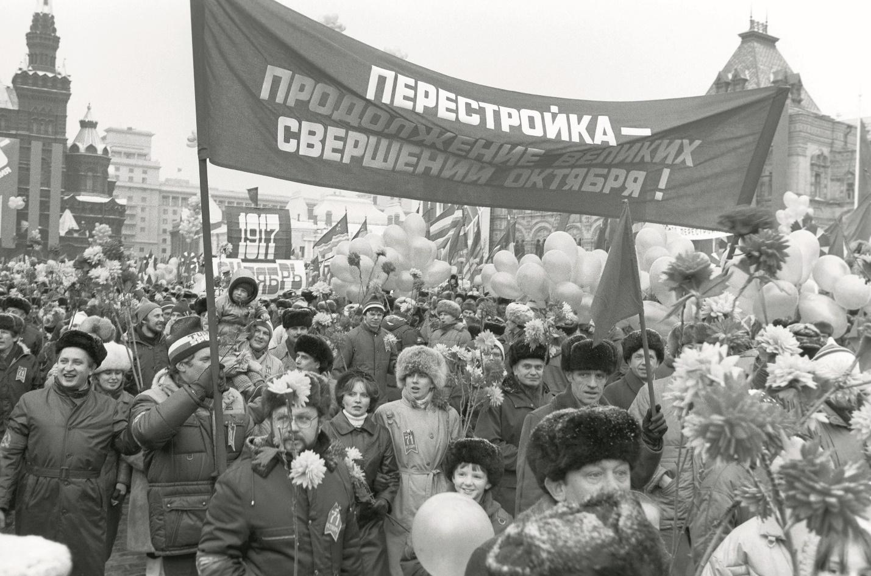 Пустые прилавки, очереди за чем угодно и толпы на демонстрациях: 16 редких фото времен перестройки, передающих что тогда творилось