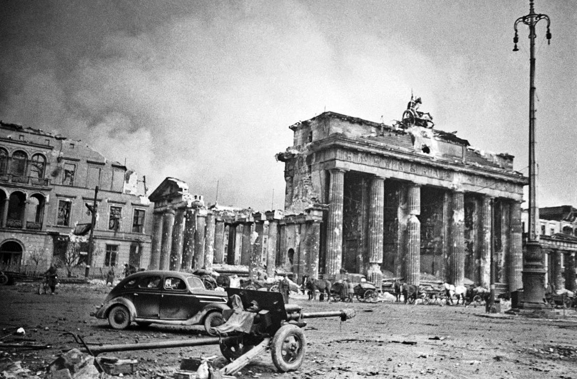 Играли свадьбы, завтракали всей семьей из фарфоровой посуды и прогуливались по городу: 19 редких немецких фото времен Второй Мировой