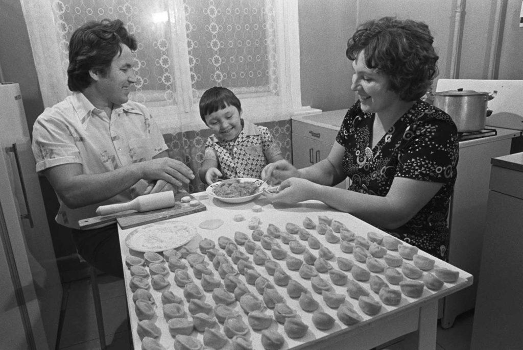 """Чебуреки, пельмени и котлеты в тесте: 12 фото как выглядел советский """"фастфуд"""" до появления МакДональдса"""