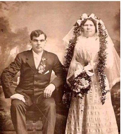 Пара букетов, коробка конфет и скромное застолье: 13 редких свадебных фото элиты советского кино, эстрады и партии