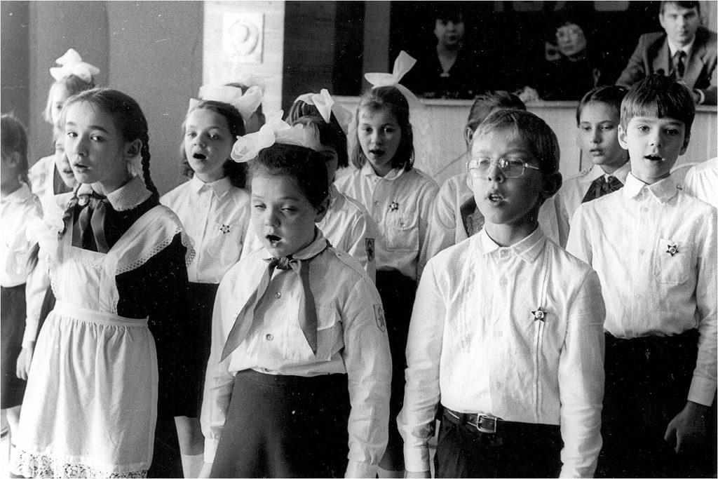 Копали огород, писали деревянными ручками с пером и делали табуретки как выпускую работу: какой была советсткая сельская школа в 60-х