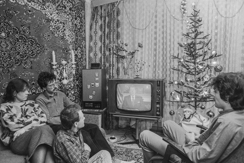 Размышляю, почему у нас на Новый год до сих пор крутят старые советские фильмы, а новые никак не займут их место