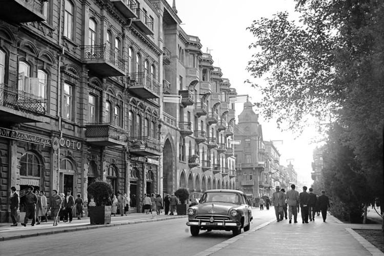 Пирамиды из фруктов, автоматы с газированной водой и уличные игры в нарды: 26 фото как выглядел Азербайджан в Советские годы
