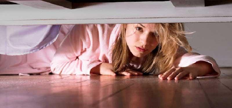Чтобы проверить верность мужа, она решила спрятаться под кроватью