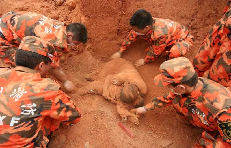 Героизм этой матери заставил заплакать всех мужчин из спасательной команды