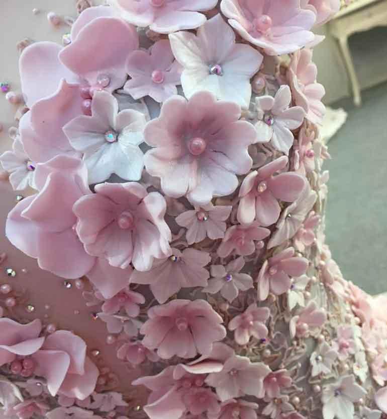 В складках этого шикарного свадебного наряда скрыта тайна, которую далеко не каждый сможет разгадать