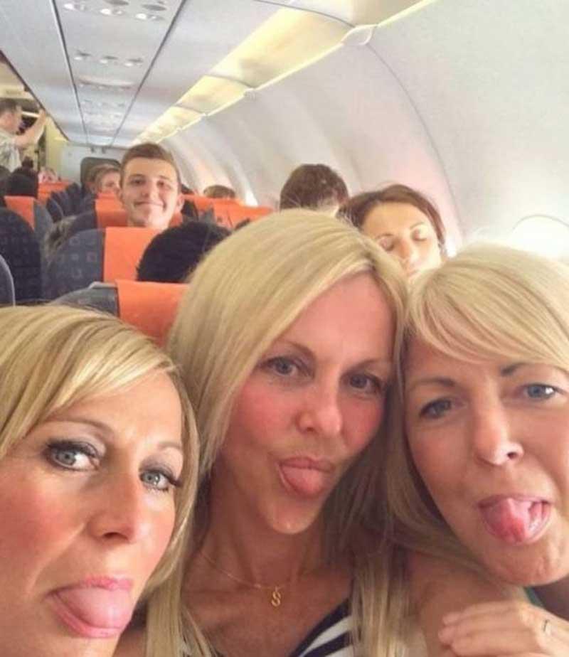 Подруги сделали селфи в самолете с разницей в 2 года. Пересматривая фото, они заметили странность