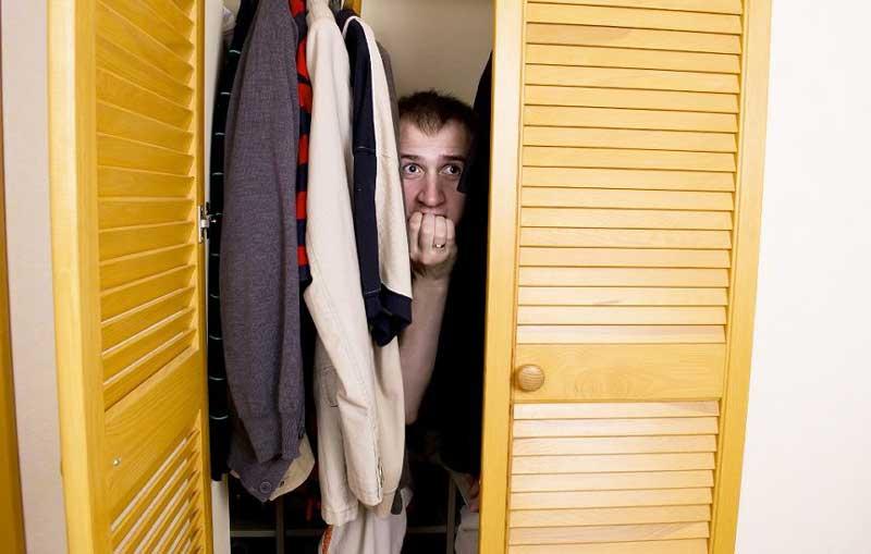 Мужчина оказался в шкафу с ребенком своей любовницы