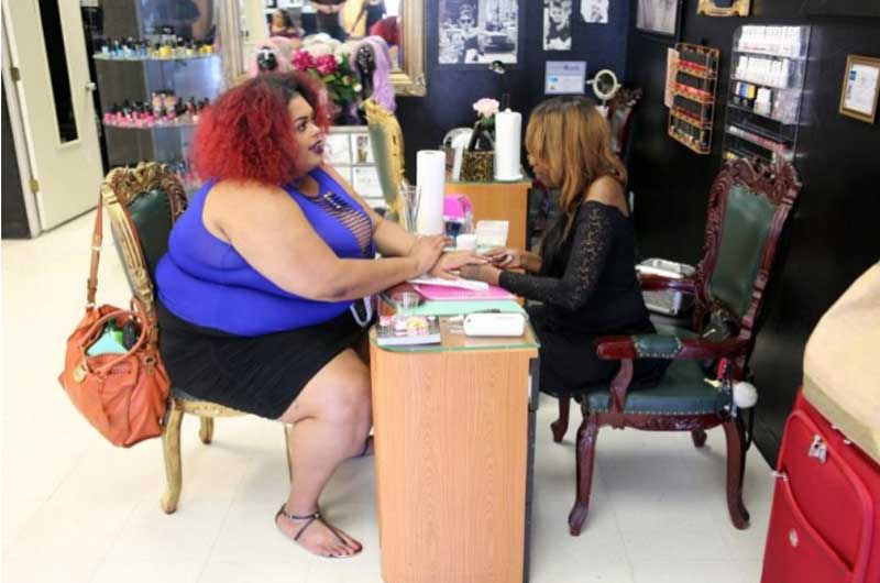 После того, как раздавила стул в парикмахерской, она открыла салон красоты для больших и толстых