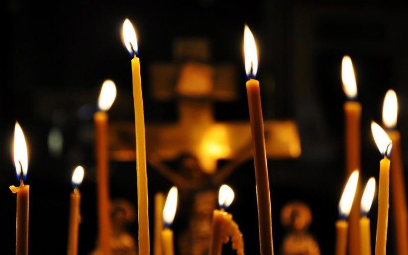 Многие не знают, что в церкви нельзя зажигать свечу о чужую. И вот по какой причине
